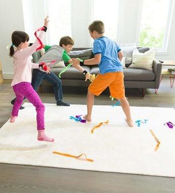 หลีกเลี่ยงของเล่นประเภทเชือกหรือริ้บบิ้นยาวๆในเด็กเล็ก