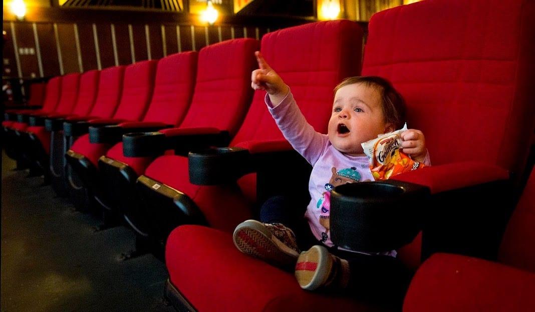 เลือกการดูหนังหรือจองที่นั่งในวันธรรมดาที่มีผู้คนน้อย